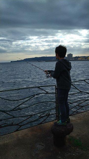 釣りをする息子