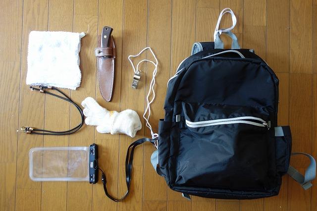バッグには雑巾、スマホケース、笛、軍手を入れています(写真)