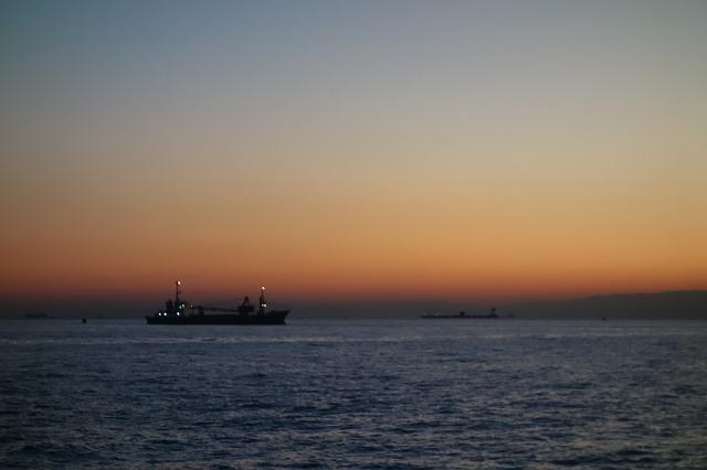 朝のうみかぜ公園にて船を見る