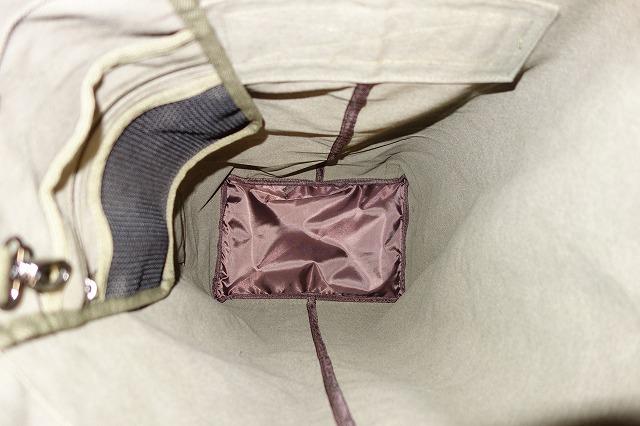 バッグ底には緩衝材が入っている写真