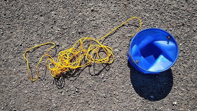 水汲みバケツのロープが絡む