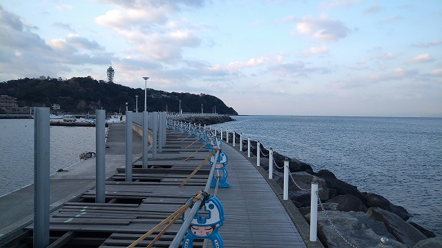 片瀬漁港の混雑状況:白灯台手前