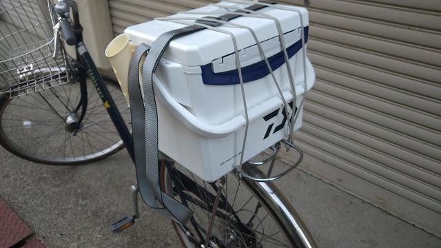 自転車荷台にクーラーボックスを載せてみた写真