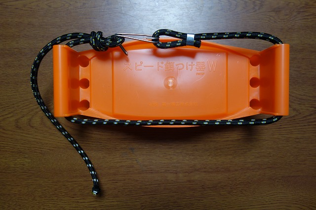 餌つけ器にゴムロープを通した写真2
