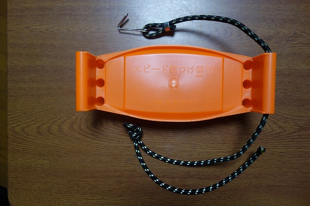 餌つけ器にゴムロープを通した写真