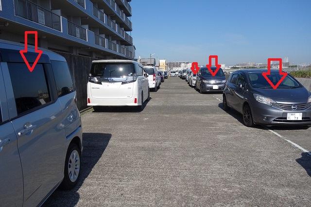 駐車場は混むのでバックで駐車場に入り、帰りは前進して帰れるようにしている写真