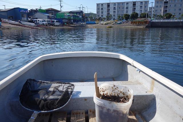 手漕ぎボートで沖へ向かう写真