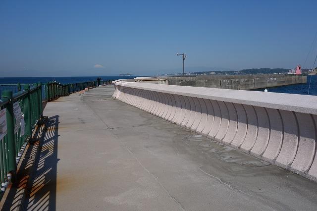 防波堤A入口より入り先端方向の写真