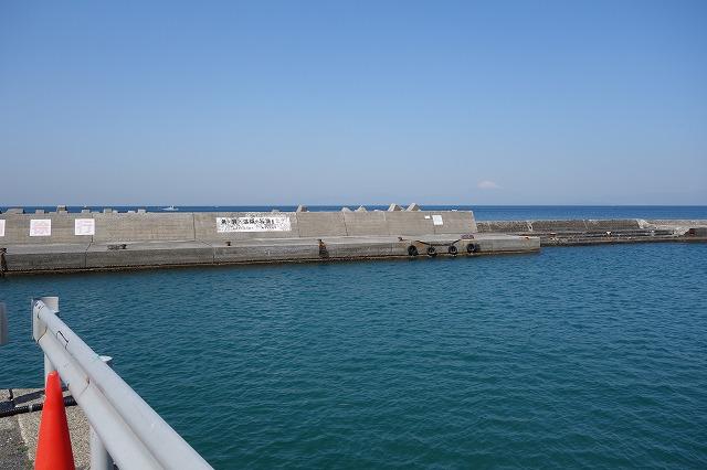 秋谷漁港の入り口からの堤防風景写真
