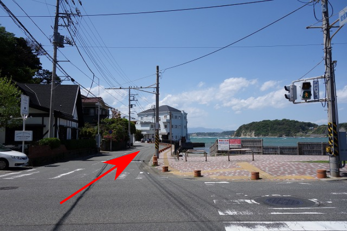 鐙摺(あぶすり)葉山港入口交差点の写真