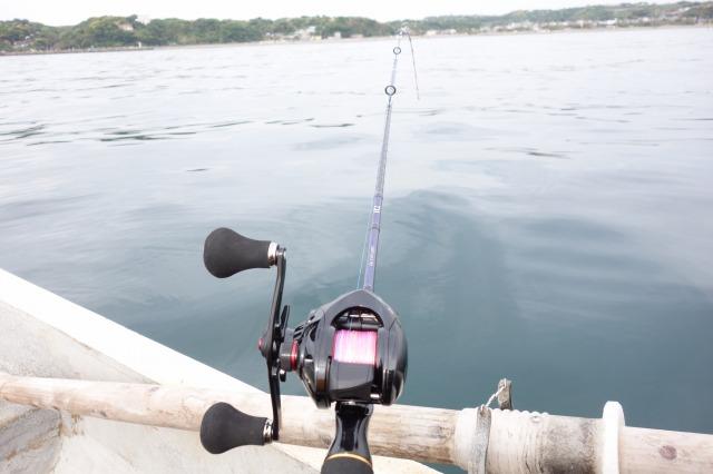 金田湾で手漕ぎボート釣りしている写真