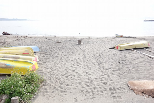 つりの浜浦のボートへ移動する写真