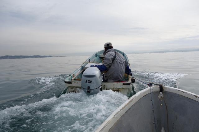 つりの浜浦さんが船外機付きボートで沖まで曳いてくれている写真