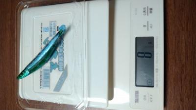 キビナゴの重量を計っている写真