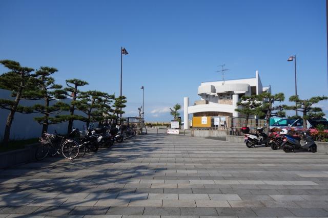 5月の土曜日16時ころの横須賀海辺釣り公園の混雑状況の写真
