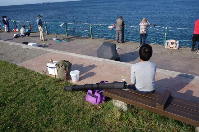 釣り人さんが多く釣りができないので一休みしている写真