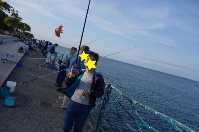 息子がカサゴを釣った写真