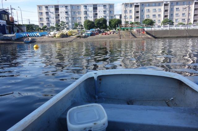 手漕ぎボートで沖へ