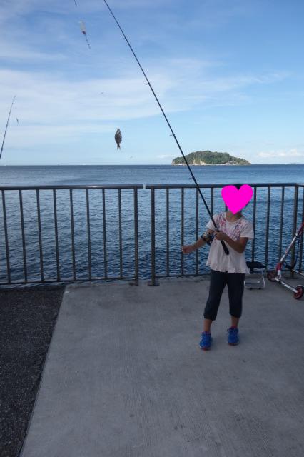 娘が小魚釣りましたーの図